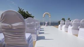 Θέση της γαμήλιας τελετής και των διακοσμημένων γαμήλιων διακοσμήσεων καρεκλών για τη νύφη Bijouterie, κορδέλλες, διακοσμήσεις σα φιλμ μικρού μήκους
