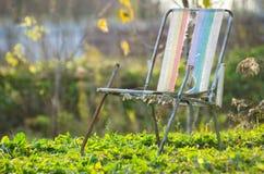 Θέση φθινοπώρου, ντεκόρ φθινοπώρου, παλαιές καρέκλες στοκ εικόνα