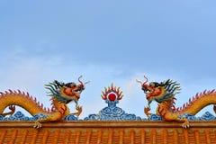 Θέση δύο κινεζική δράκων στη στέγη του σπιτιού κινέζικων ειδώλων Στοκ Φωτογραφίες