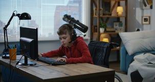 Θέστε εκτός λειτουργίας το αγόρι που παίζει τα τηλεοπτικά παιχνίδια φιλμ μικρού μήκους