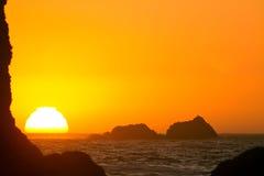 Θέτοντας ήλιος, ακτή του Όρεγκον Στοκ Φωτογραφία