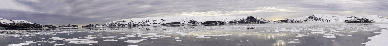 Θέτοντας ήλιος, πανόραμα κόλπων Whalers, νησί εξαπάτησης, Ανταρκτική Στοκ Εικόνες