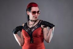 Θέτοντας γυναίκα βράχου στο κόκκινο φόρεμα Στοκ φωτογραφίες με δικαίωμα ελεύθερης χρήσης