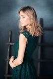 θέτοντας γυναίκα μόδας Στοκ Φωτογραφία