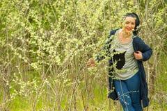 Θέτοντας γυναίκα στην ηλιόλουστη ημέρα Στοκ Εικόνες