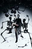 Θέτοντας γυναίκα σχισμένος pantyhose με τους σκελετούς Στοκ εικόνα με δικαίωμα ελεύθερης χρήσης