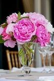 θέτοντας επιτραπέζιος γάμος σειράς λουλουδιών ρύθμισης Στοκ Φωτογραφία