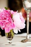 θέτοντας επιτραπέζιος γάμος σειράς λουλουδιών ρύθμισης Στοκ Φωτογραφίες