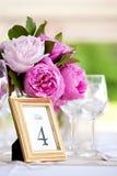 θέτοντας επιτραπέζιος γάμος σειράς λουλουδιών ρύθμισης Στοκ φωτογραφία με δικαίωμα ελεύθερης χρήσης