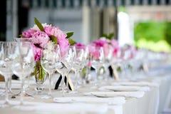 θέτοντας επιτραπέζιος γάμος σειράς λουλουδιών ρύθμισης Στοκ Εικόνες