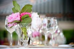 θέτοντας επιτραπέζιος γάμος σειράς λουλουδιών ρύθμισης Στοκ φωτογραφίες με δικαίωμα ελεύθερης χρήσης