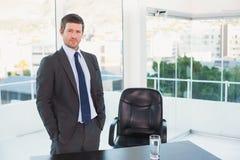 Θέτοντας επιχειρηματίας στο γραφείο του Στοκ εικόνες με δικαίωμα ελεύθερης χρήσης