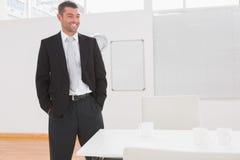 Θέτοντας επιχειρηματίας στο γραφείο του Στοκ Εικόνες