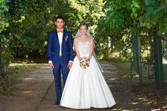 Θέτοντας νύφη και νεόνυμφος ημέρα ηλιόλουστη Στοκ φωτογραφία με δικαίωμα ελεύθερης χρήσης