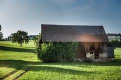 Θέτοντας στον ήλιο το ξύλινο σπίτι Στοκ εικόνα με δικαίωμα ελεύθερης χρήσης