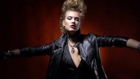 Θέτοντας rocker κορίτσι στο σακάκι δέρματος και με την κατάπληξη hairstyle απόθεμα βίντεο