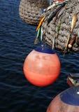 Θέλγητρα αλιείας στο κιγκλίδωμα σχοινιών Στοκ Φωτογραφία