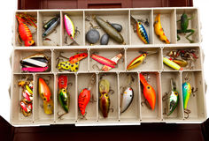 Θέλγητρα ψαρά σε ένα παλαιό κιβώτιο εξοπλισμών Στοκ Φωτογραφίες
