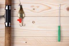 Θέλγητρο, ράβδος και εξέλικτρο αλιείας Στοκ εικόνες με δικαίωμα ελεύθερης χρήσης