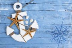 Θαλάσσια διακόσμηση με τα κοχύλια, αστερίας, πλέοντας σκάφος, δίχτυ του ψαρέματος στο μπλε ξύλο κλίσης στοκ εικόνες