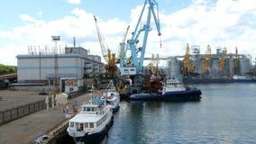 Θαλάσσιοι γερανοί λιμένων, και βιομηχανική ζώνη στο μέτωπο φορτίου του εμπορικού λιμένα θάλασσας της Οδησσός στην Ουκρανία φιλμ μικρού μήκους