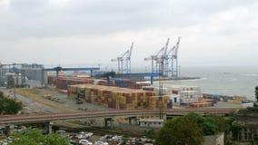 Θαλάσσιοι γερανοί λιμένων, τερματικό εμπορευματοκιβωτίων και βιομηχανική ζώνη στο μέτωπο φορτίου του εμπορικού λιμένα θάλασσας τη απόθεμα βίντεο