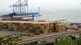 Θαλάσσιοι γερανοί λιμένων, τερματικό εμπορευματοκιβωτίων και βιομηχανική ζώνη στο μέτωπο φορτίου του εμπορικού λιμένα θάλασσας τη φιλμ μικρού μήκους