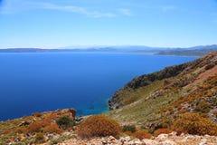 Θαλάσσιος ορίζοντας, βουνά στην απόσταση, τον μπλε ωκεανό και τα βουνά της Ελλάδας Στοκ Εικόνες