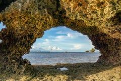 Θαλάσσιος ορίζοντας στο παράθυρο βράχου, φιλιππινέζικο στοκ εικόνα