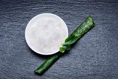 Θαλάσσιο καλλυντικό άλας σε ένα λευκό pial με τα φύλλα και aloe στο s στοκ φωτογραφία