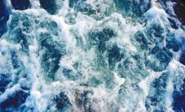 Θαλάσσιο νερό με το foamy κύμα Τροπικό ταξίδι βαρκών νησιών Ίχνος κρουαζιερόπλοιων Στοκ εικόνα με δικαίωμα ελεύθερης χρήσης