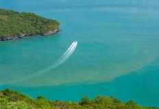 Θαλάσσιο πάρκο Angthong κοντά koh Samui, Ταϊλάνδη Όμορφη τροπική πανοραμική άποψη νησιών με το μπλε ουρανό και το νερό, εξωτικός  στοκ φωτογραφία