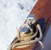 Θαλάσσιο σχοινί της ξύλινης βάρκας Στοκ εικόνα με δικαίωμα ελεύθερης χρήσης