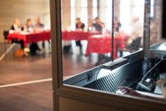Θαλαμίσκος μεταφραστών κατά τη διάρκεια μιας συζήτησης επιτροπής στοκ εικόνα με δικαίωμα ελεύθερης χρήσης