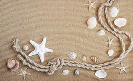 Θαλασσινά κοχύλια και διακοσμήσεις θάλασσας με το σχοινί Στοκ φωτογραφία με δικαίωμα ελεύθερης χρήσης