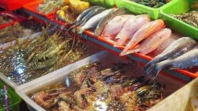 Θαλασσινά στην ασιατική αγορά τροφίμων νύχτας, τρόφιμα οδών ψάρια, γαρίδες, αστακοί, καβούρια στο μετρητή για τους ταξιδιώτες και απόθεμα βίντεο