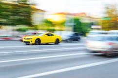 Θαμπάδα κίτρινο Chevrolet Camaro κινήσεων στοκ φωτογραφία με δικαίωμα ελεύθερης χρήσης