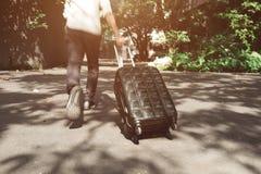 Θαμπάδα κινήσεων του νεαρού άνδρα και διακινούμενο περπάτημα βαλιτσών αποσκευών Στοκ Εικόνα