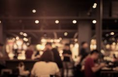 Θαμπάδα των ανθρώπων στον καφέ, εστιατόριο με το υπόβαθρο φωτισμού Στοκ Φωτογραφίες