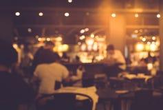 Θαμπάδα των ανθρώπων στον καφέ, εστιατόριο με το υπόβαθρο φωτισμού Στοκ φωτογραφίες με δικαίωμα ελεύθερης χρήσης