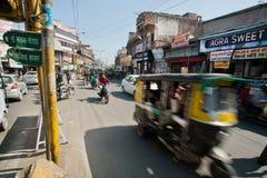 Θαμπάδα κινήσεων από τη γρήγορα κινούμενη δίτροχο χειράμαξα στο δρόμο με έντονη κίνηση Στοκ Φωτογραφίες