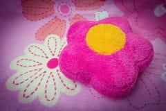 Θαμπάδα: ρόδινο μαξιλάρι με το λουλούδι για τη σύσταση backgroung Στοκ φωτογραφία με δικαίωμα ελεύθερης χρήσης