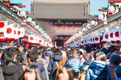 Θαμπάδα της μεγάλης κορώνας οι άνθρωποι βγαίνουν για να προσεηθούν στο ναό Asakusa Στοκ Εικόνα