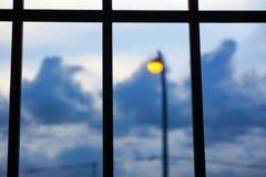 Θαμπάδα του λαμπτήρα λαμπτήρων οδών και του ουρανού, εξωτερικό παράθυρο Στοκ φωτογραφία με δικαίωμα ελεύθερης χρήσης
