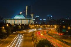 Θαμπάδες κυκλοφορίας κατά μήκος των χώρων στάθμευσης της πόλης της Σεούλ τη νύχτα, Κορέα στοκ εικόνα με δικαίωμα ελεύθερης χρήσης