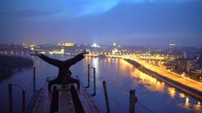 Θαρραλέος αθλητής που κάνει headstand στην άκρη της γέφυρας, της αδρεναλίνης και του αθλητισμού απόθεμα βίντεο