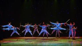 Θαρραλέα παλεψτε τον εχθρικός-μακροχρόνιο σπάσιμο-Κίνα εθνικό χορό Μαρτίου στοκ φωτογραφία με δικαίωμα ελεύθερης χρήσης