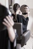 Θαυμάζοντας νέο hairstyle Στοκ Φωτογραφία