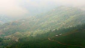 Θαυμάσια άποψη ορεινών χωριών των Ιμαλαίων μια ομιχλώδη ημέρα φιλμ μικρού μήκους