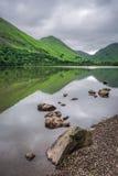 Θαυμάσια άποψη στην ομιχλώδη και πράσινη λίμνη περιοχής, Ηνωμένο Βασίλειο Στοκ Εικόνα